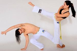 Бразильское боевое искусство с элементами танцевальных движений идеально для занятия для двоих.