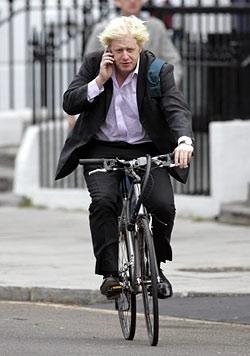 Мэр Лондона Борис Джонсон добирается до места работы на велосипеде