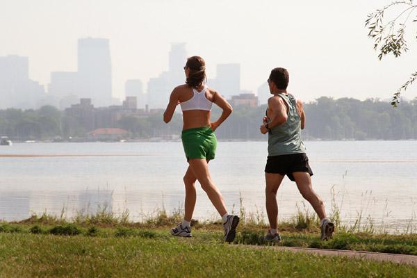 Бег на улице хорош тем, что тренировка будет проходить на свежем воздухе и к тому же бесплатно. Правда, придется считаться с погодой.