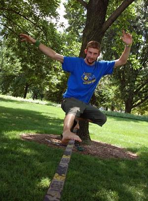 Слэклайн — это популярный сегодня вид канатохождения, относящийся к трендовым видам спорта.