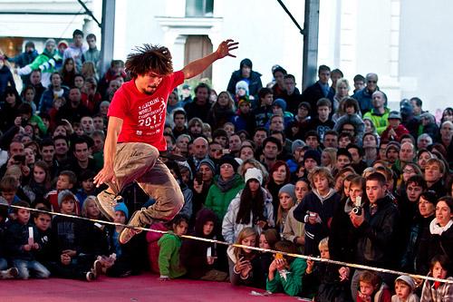 С 2010 г. мировая федерация по слэклайну (World Slackline Federation) учредила регулярные официальные соревнования по этому виду спорта.