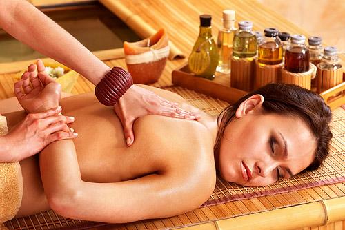 Ойл-массаж рекомендован всем, кто хочет отдохнуть и расслабиться.