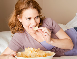 Ненатуральные продукты. Ученые установили, что ненатуральные продукты с избыточным количеством жира и сахара могут вызывать привыкание. Возможно, именно этим можно объяснить необъяснимую тягу к чипсам, картофелю фри и прочему фаст-фуду?