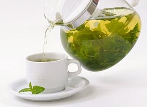 Замените кофе зеленым чаем, он имеет такое же бодрящее действие, однако гораздо полезнее для кожи и системы пищеварения.