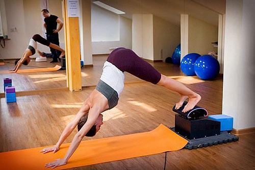 Полноценный классический тренинг по йоге — это 2,5-4 ч в день. На тренажере все то же самое можно сделать часа за полтора.