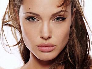 Именно благодаря пухлым губкам Анджелину Джоли уже несколько лет подряд вносят в топ-лист самых сексуальных женщин.