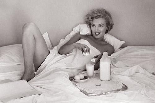 Утро актрисы начиналось с весьма питательного и полезного коктейля — стакан теплого молока с 2-мя взбитыми сырыми яйцами.