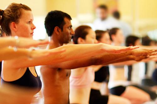 Основная особенность комплекса бикрам-йоги состоит в том, что эти занятия проводятся в специальном зале, где температура составляет около 40°С, а влажность воздуха не менее 40-50%.