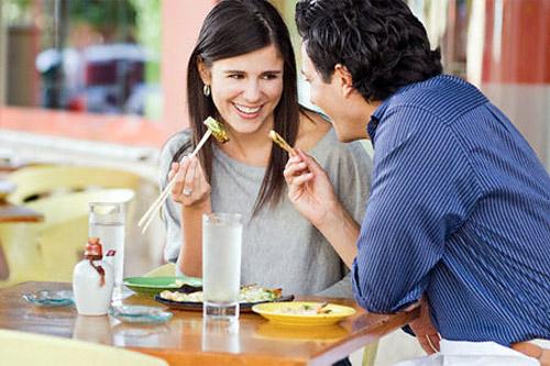 Поэтому поужинайте в обычное время дома, а в ресторане закажите легкий фруктовый салат и чашку чая.