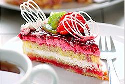 Фруктовый торт с йогуртовой начинкой. Такие виды тортов содержат меньше калорий, а также количества сахара и жира по сравнению с бисквитами из масляного крема и взбитых сливок.