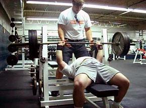 Найдите профессионального тренера, который составит программу подготовки (питания и занятий), будет следить за безопасностью выполнения упражнений, страховать вас на больших весах.