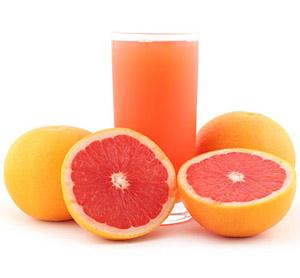 Естественными жиросжигающими свойствами обладает ряд продуктов в частности 100 г свежевыжатого грейпфрутового сока способствует снижению массы тела в среднем на 2 кг в месяц, выпитый стакан грейпфрутового сока за 40 минут перед тренировкой значительно у