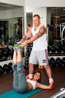 Работают: у нее - мышцы пресса, у него - мышцы ног.