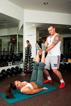 Работают: у нее мышцы внутренней поверхности бедра, у него - мышцы рук.