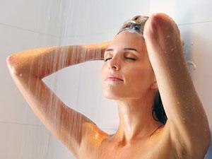 Контрастный душ — один из самых широкодоступных способов закаливания, который уже через несколько месяцев позволит даже ослабленным и больным людям чувствовать себя бодрыми и здоровыми.