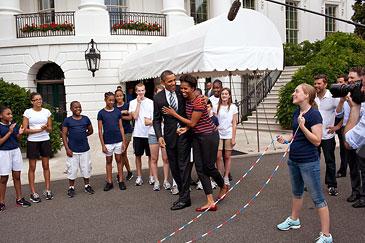 Чтобы в этом плотном графике всегда и везде находилось время для фитнеса, Мишель Обама в официальные дальние и долгие поездки берет с собой скакалку.