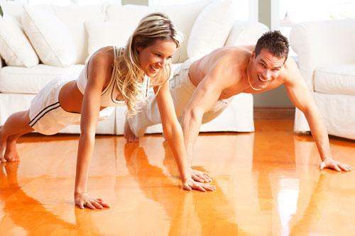 Включите в свой тренировочный процесс отжимания и подтягивания.