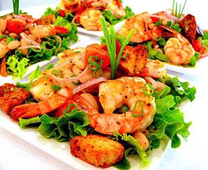 Старайтесь сократить жирную мясную пищу, заменив жиры на растительные. Например, на ужин можно съесть салат из яичных белков, креветок и листьев салата, приправленный оливковым, ореховым или подсолнечным маслом.