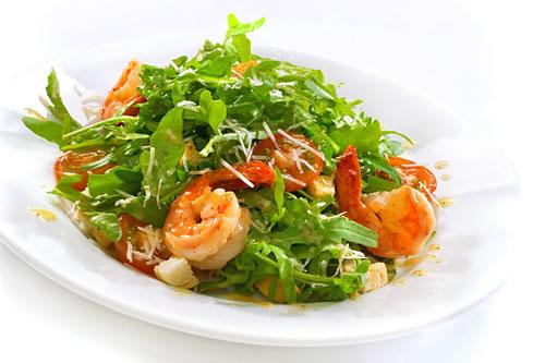 Порадовать любимую поможет простой в приготовлении и удивительно вкусный в употреблении рецепт Гамберетто (руккола с креветками) от шеф-повара ресторана «Остожье».
