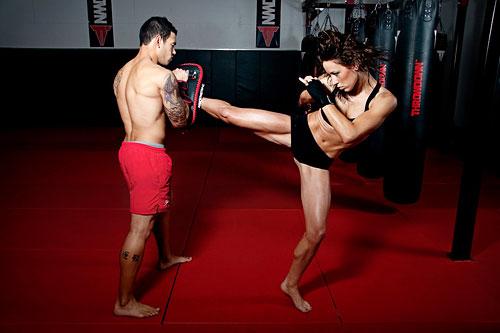 А за счет наличия таких движений как удары руками и ногами, тренировки по кикбоксингу обеспечивают выброс эндорфинов и, таким образом, помогают снять стресс, избавиться от негативных эмоций и улучшить настроение.