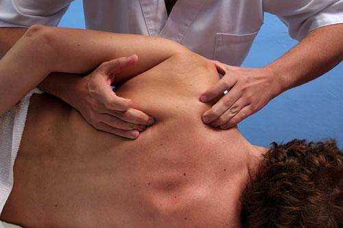 Остеопат проводит диагностику и исцеляет больных при помощи пальцев рук, которые настроены как очень тонкий инструмент.