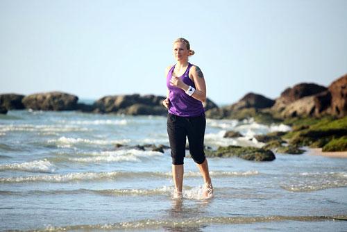 Разминка: 5 минут легкого бега по пляжу