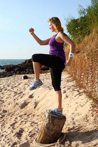 Или наоборот поставьте одну ногу вперед на возвышение и выполняйте подъемы, поднимая колено наверх, при этом необходимо будет еще удерживать равновесие, что в свою очередь помогает вовлечь в работу мышцы стабилизаторы.
