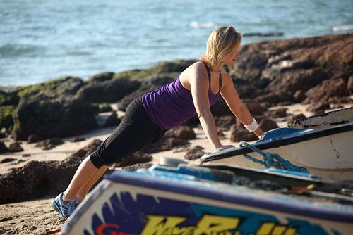 Проявите немного фантазии и найдите удобную для себя опору для отжиманий, например, это может быть лодка.