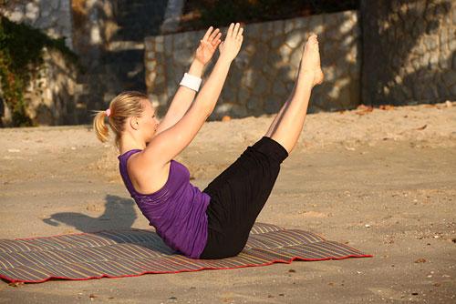 В положении сидя поднимите вытянутые ноги вверх, досчитайте до 10.