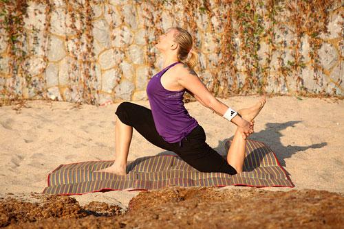Снова сделайте выпад вперед, заднюю ногу согните в колене и подтяните к себе руками, почувствуйте, как растягиваются мышцы передней поверхности бедра.