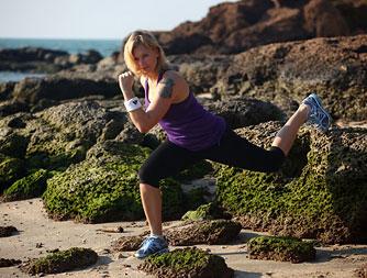 Для укрепления мышц ног хорошо делать приседания или выпады, очень эффективно использовать при этом различные возвышения, например камень, ступеньку.