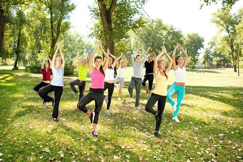 В парках Москвы проходят бесплатные занятия йогой