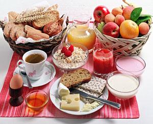 Завтрак: углеводы (каша или хлопья на молоке, можно немного творога, сыра, яиц). + витамины (обязательно!)