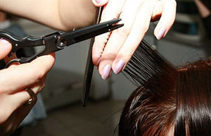 Уход за волосами после лета включает в себя первый и самый важный шаг — избавиться от секущихся кончиков.