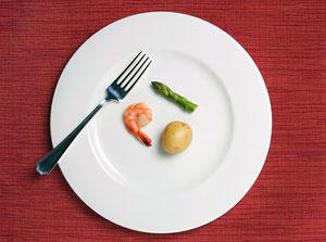 Переедание: желудок растягивается вследствие поступления большого количества потребляемой пищи. Чем больше пищи вы едите, тем дольше она находится в желудке, таким образом растягивая его.