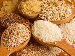 Овсяные хлопья, гречка, рис и кукурузная крупа также помогают эффективно избавиться от лишнего веса.