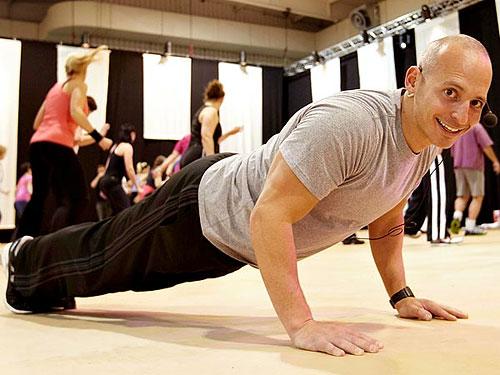 Все упражнения выполнять по 25 раз в 2–3 подхода.