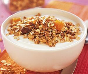 Идеальный перекус — кисломолочные продукты, зерновые хлебцы, мюсли или горсть орехов. Эти продукты особенно удобно брать с собой в офис, тем самым не пропуская прием пищи.