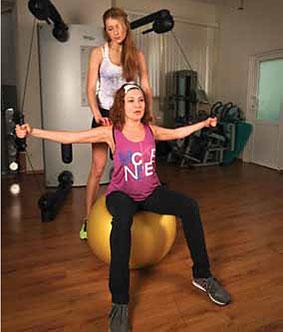 Упражнение 1: Сведение рук перед грудью сидя на мяче