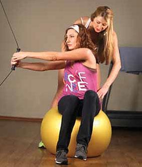 Упражнение 3: Скручивание сидя на мяче