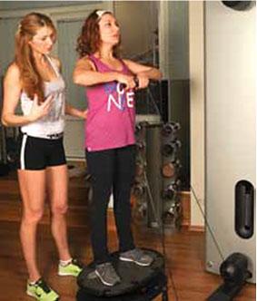 Упражнение 4: Приседание + тяга к подбородку (комбинированное упражнение)