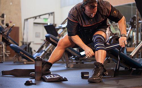 Использовать разогревающие мази, надевать греющие наколенники, жесткие бинты на колени во время выполнения приседов с экстремальными весами