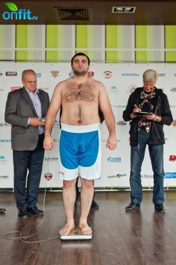 Взвешивание и жеребьевка участников Абсолютного чемпионата по рукопашному бою в World Gym Барклая