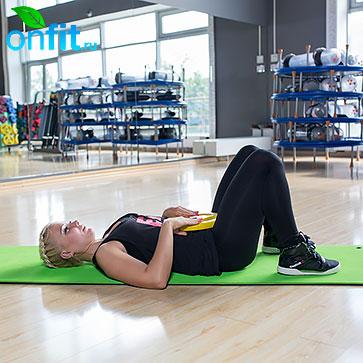 Исходное положение — лежа на спине, ноги согнуты, стопы на полу.
