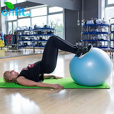 Для того чтобы сделать данное упражнение более сложным, можно поставить стопы на фит-бол.