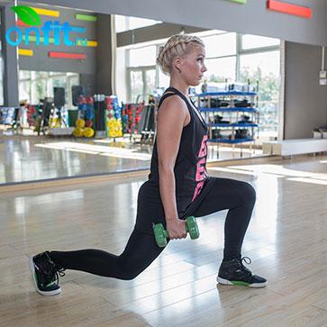 Выполняем широкий шаг назад, чтобы колено передней ноги оставалось над пяткой и угол сгиба в коленном суставе составлял 90 градусов, делаем вдох.
