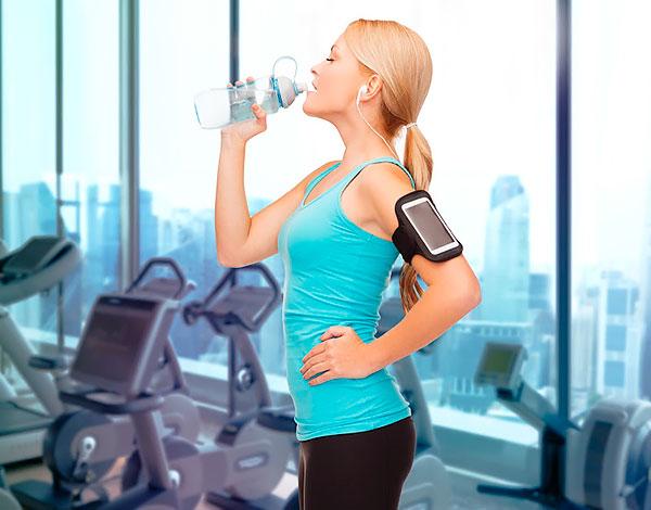 Гидратация человека во время фитнес-тренировки