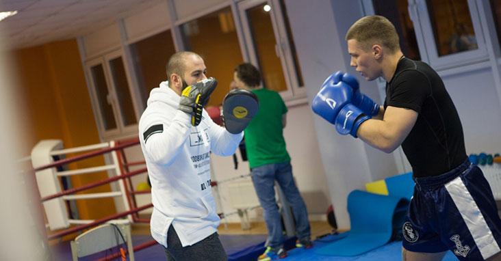 На тренировках отрабатываются удары в парах, что позволяет максимально приблизиться к настоящему бою.