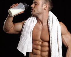 Порошковый протеин в виде добавки лучше усваивается, быстрее поступает в мышцы и позволяет ускорить получение желаемого результата.