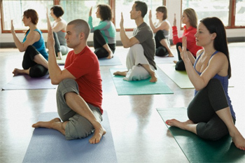 Занятия йогой состоят из статических и динамических упражнений, которые помогают очистить организм, удержать эмоции под контролем и укрепить мышцы и суставы.